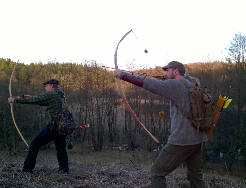 Morten og Rasmus med langbuer af taks og elm i naturlige omgivelser. Stump-skydning, hvor man skyder efter muldvarpeskud, rådne træstubbe, græstuer og andre naturlige mål i terrænnet er fornøjelig og god træning for den instinktive bueskytte.