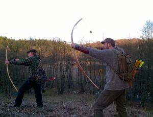 Morten (th.) og Rasmus med langbuer af taks og elm i naturlige omgivelser. Stump-skydning, hvor man skyder efter muldvarpeskud, rådne træstubbe, græstuer og andre naturlige mål i terrænnet er fornøjelig og god træning for den instinktive bueskytte.