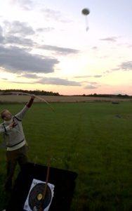 Der trænes på flyvende mål. Udfordrende og underholdende træning og ikke mindst en type skydning, hvor man med træning kan opnå en fordel med en traditionel langbue frem for de moderne buetyper med sigte.